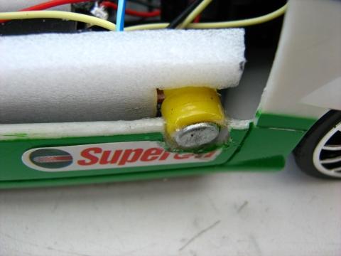 Über die Magneten wird sowohl der Strom geleitet, als auch das Solarpanel am Platz gehalten